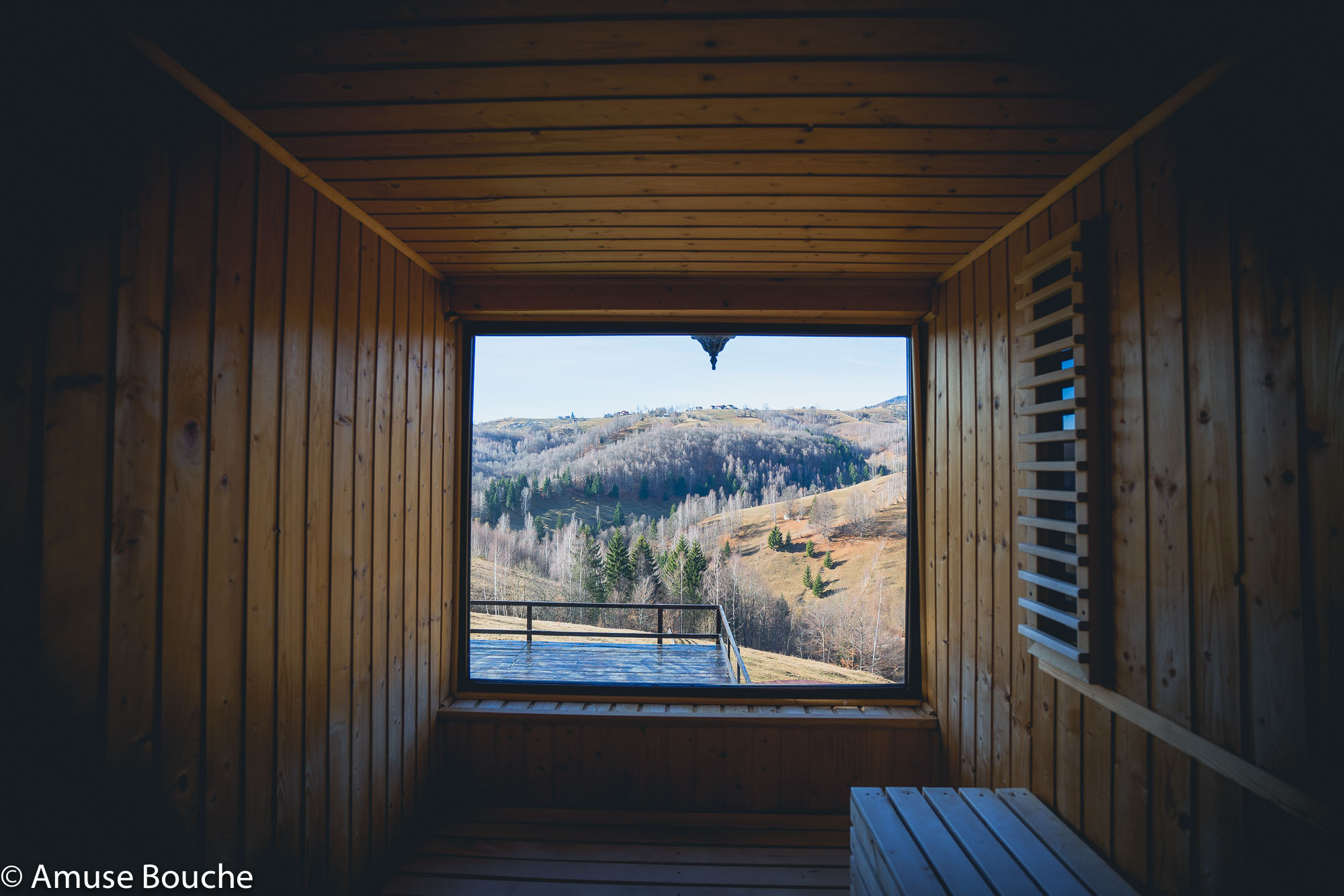 Akasha Yoga Retreat sauna vedere munti